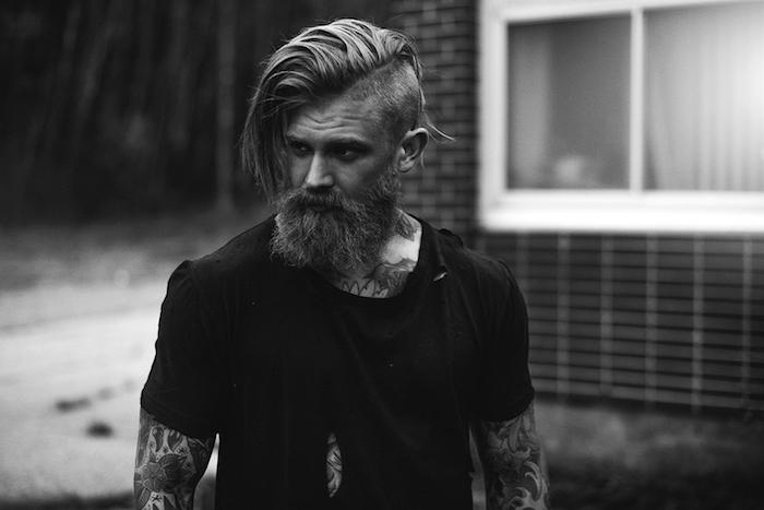 frisuren für lange haare, mann mit langem bart und seitenfrisur
