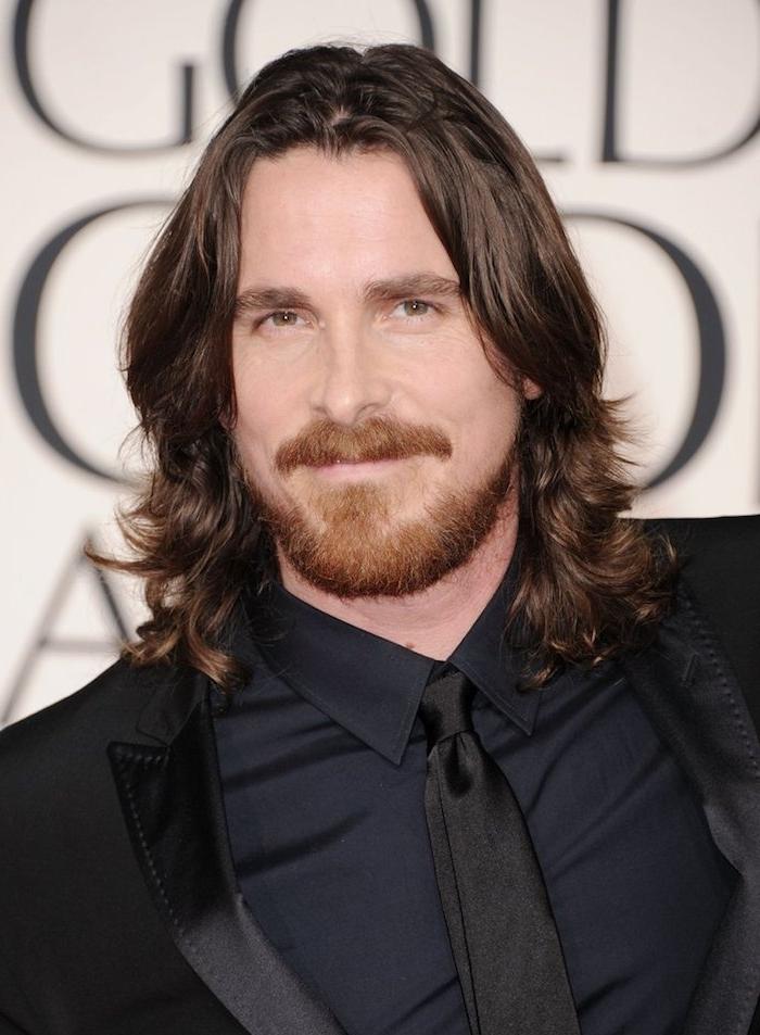 frisuren lange haare, schwarzer smoking in kombination mit blauem hemd