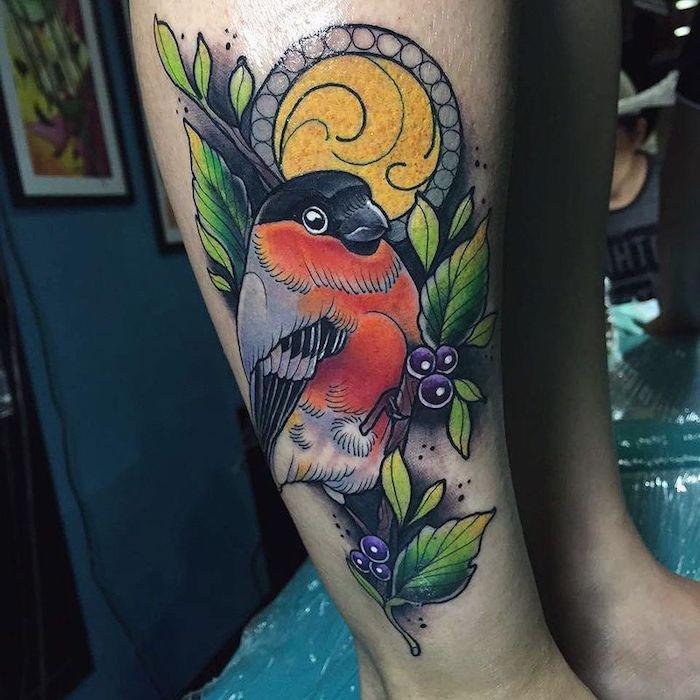 tattoo schwalbe, farbige tätowierung mit schwalben-motiv am bein