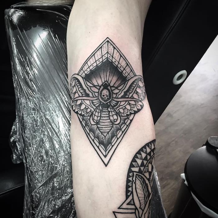 tattoo vorlagen, abstrakte tätowierung in schwarz und grau, insekt mit geometrischen elementen