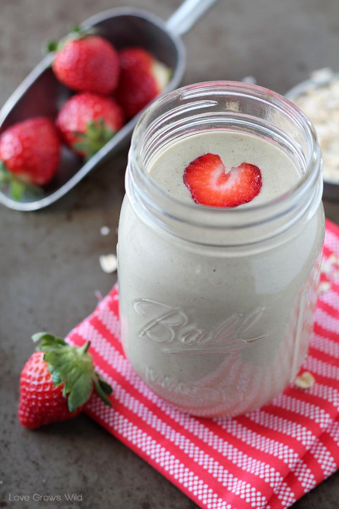protein shake selber machen, proteingetränk mit erdbeeren und chia