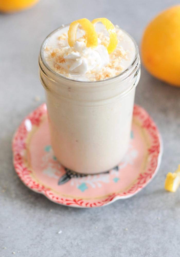 protein shake selber machen, proteingetränk mit milch, sahne und zitronen