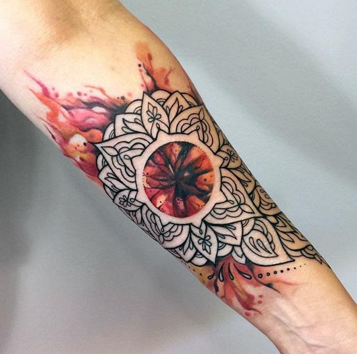 farbiges unterarm tattoo mit abtraktem-motiv, freuer