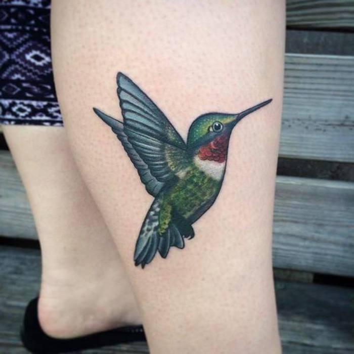 kolibri bedeutung, farbige tätowierung am bein, kolibri stechen lassen