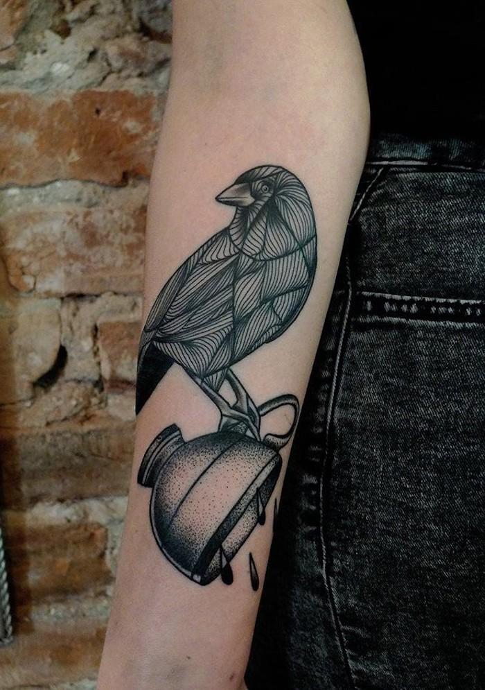 unterarm tattoo in schwarz und grau, rabe auf tasse, tattoos für frauen