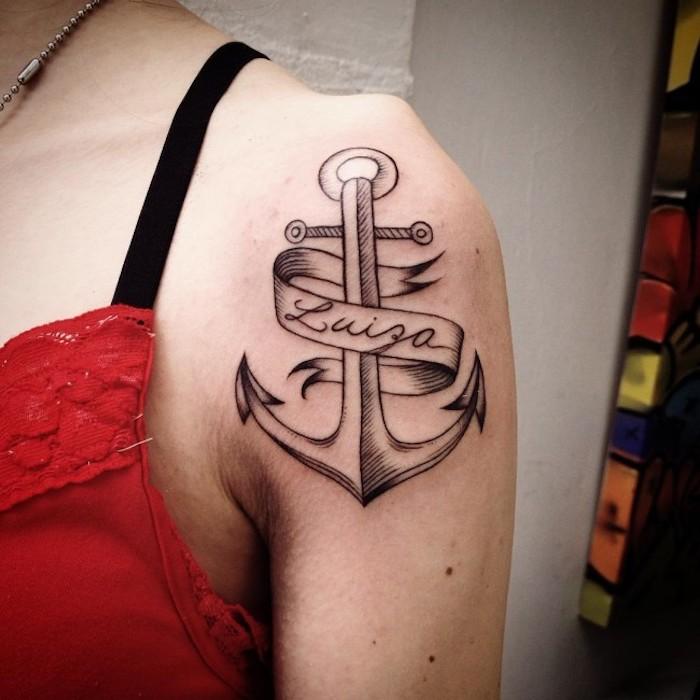 tattoo anker, frau mit schwarz-grauer tätowierung auf der schulter