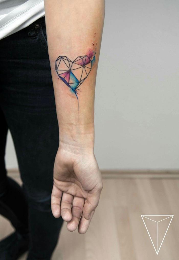 tattoo arm frau, kleine tattoo motive, herz mit geometrischen elmenten