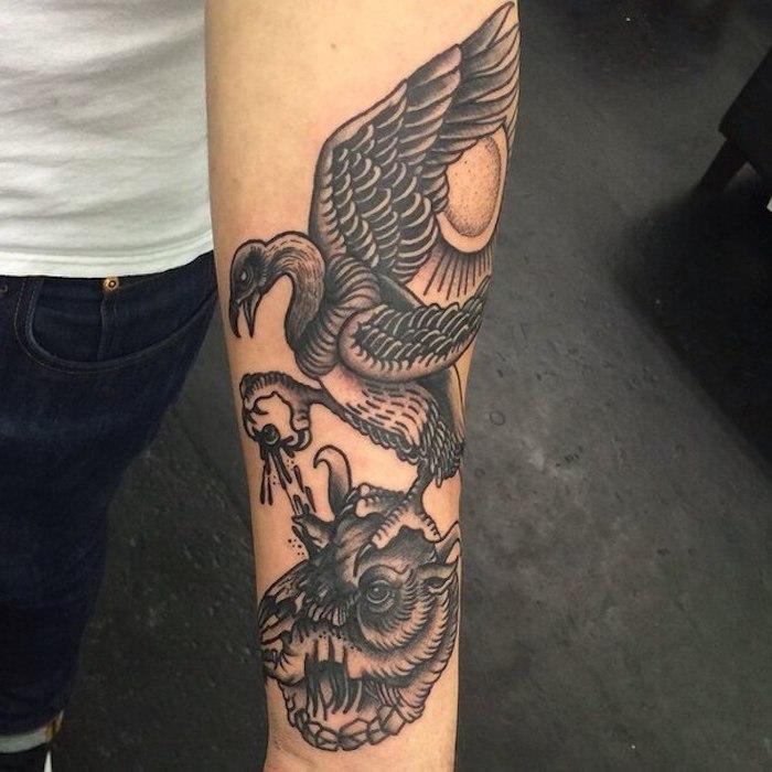 unterarm tattoo, große schwarz-graue tätowierung am arm