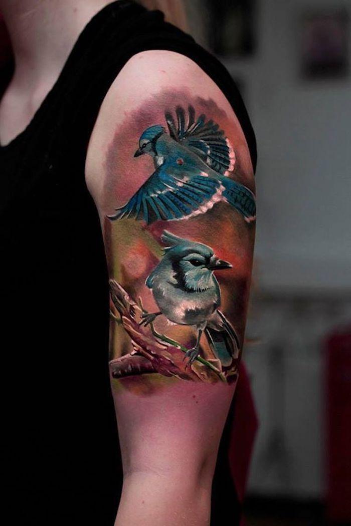 tattoo schwalbe, frau mit großer realistischer 3d-tätowierung am oberarm
