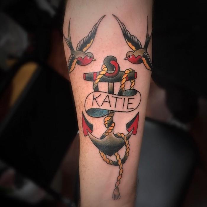 tattoo anker, farbige tätowierung am arm, spatzen in kombination mit anker