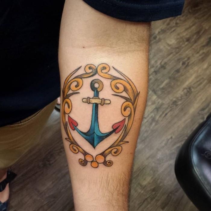 tattoo anker, kleine farbige tötowierung, tattoo-motive für männer