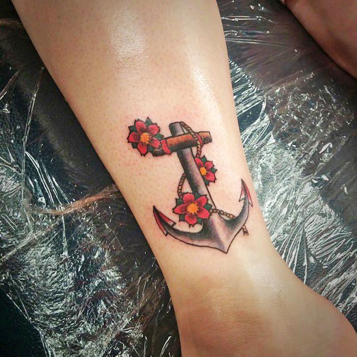 tattoo anker, tattoos für frauen, anker in kombination mit roten blumen