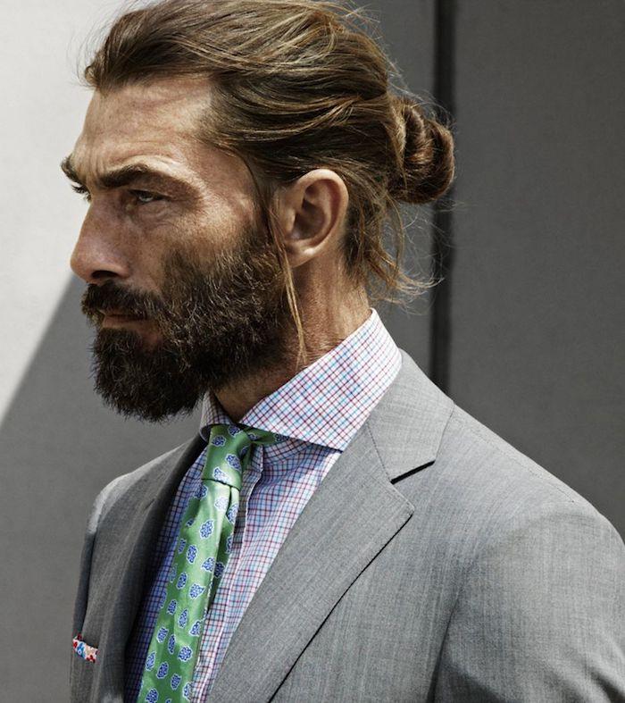 frisuren männer, business outfit für männer, mann mit bart und langhaarfrisur