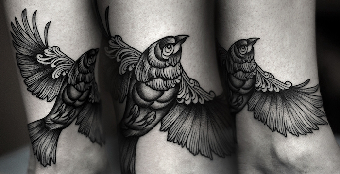 vogel tattoo in schwarz und grau, blackwork tattoo am bein