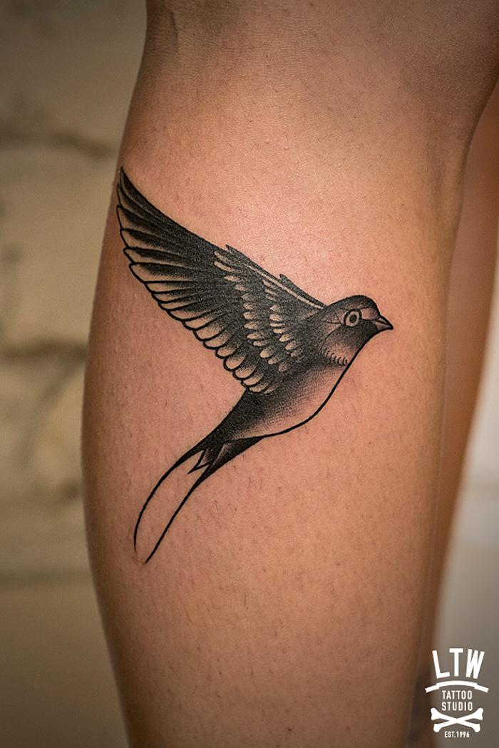 tattoo schwalbe, realistische schwarz-graue tätowierung am bein