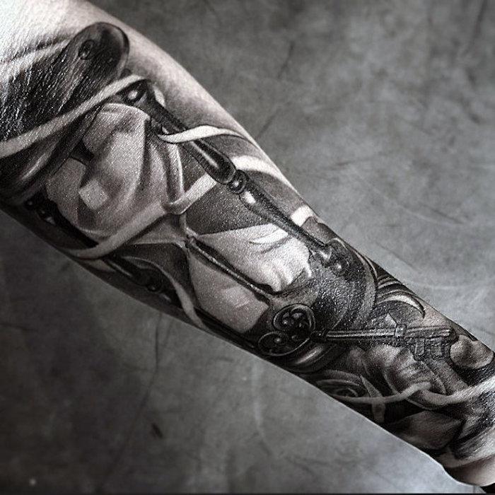 tattoo uhr, große realitische 3d-tätowierung am unterarm, sanduhr