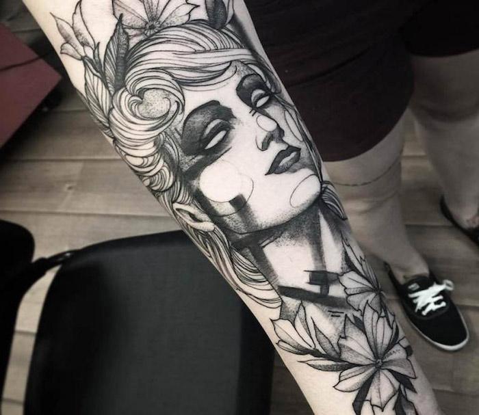 tattoo vorlagen, frau mit blumen, tätowierung am unterarm