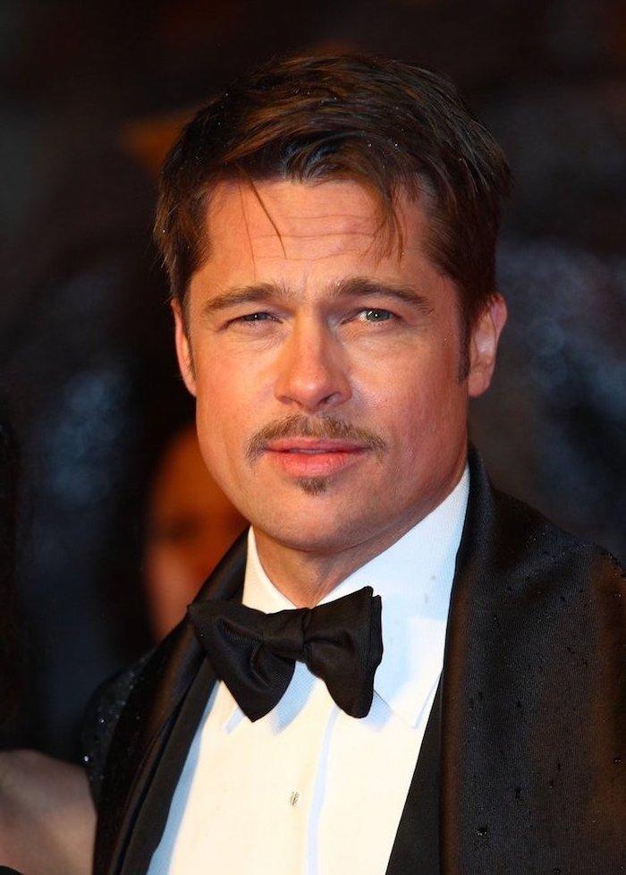 Brad Pitt mit Kurzhaarfrisur und Schnurrbart, schicker Anzug, schwarzer Blazer und Fliege, weißes Hemd