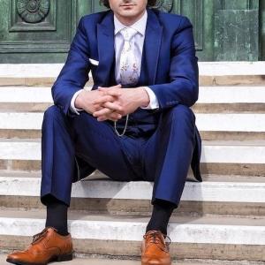 Blauer Anzug, braune Schuhe und welche Accessoires passen dazu?