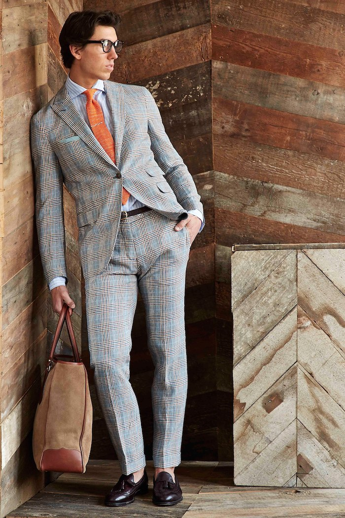 Männer trends: grauer anzug welches hemd passt dazu? Weiß ist immer eine gute Idee. Hier plus orange Krawatte und braune Handtasche für Männer
