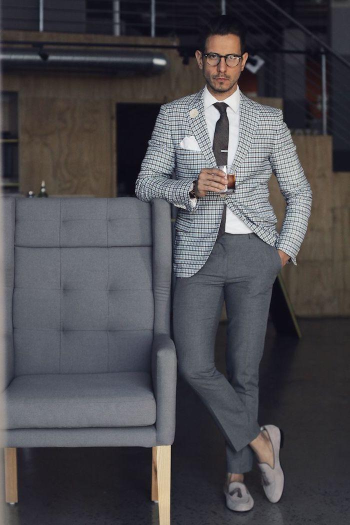 anzug mit hosenträger oder krawatte tragen was würden sie tun muster kombination grau und karoprint schuhe krawatte lesebrille