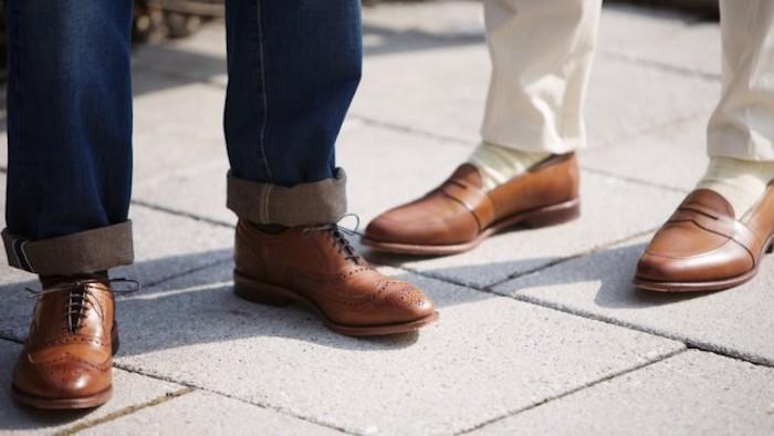 welche schuhe zum anzug braune schuhe mit unterschidelichen farben von anzügen kombiieren jeans weiße hose