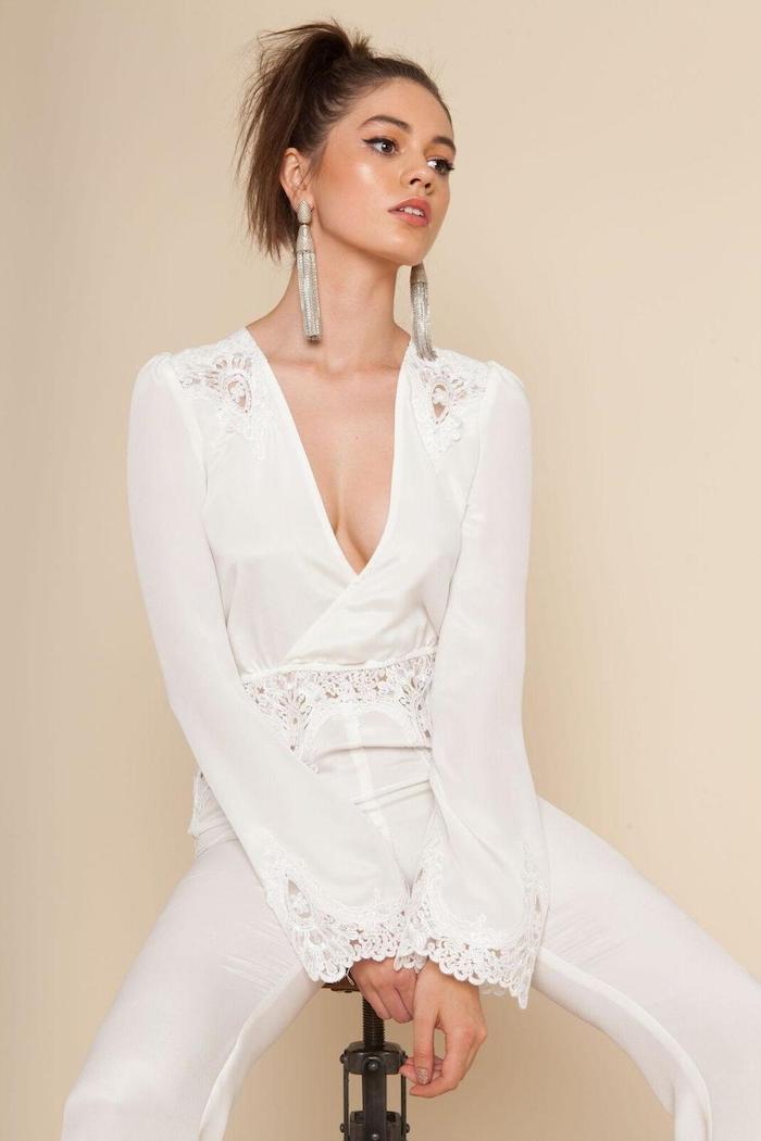 weißes outfit jumpsuit damen elegant idee mit spitzenärmeln weiß und mit langen silbernen ohrringen mode
