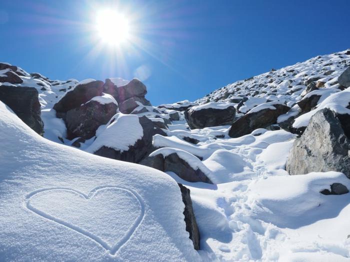 Bilder zum Valentinstag - eine romantische Botschaft - Herz im Schnee bemalt