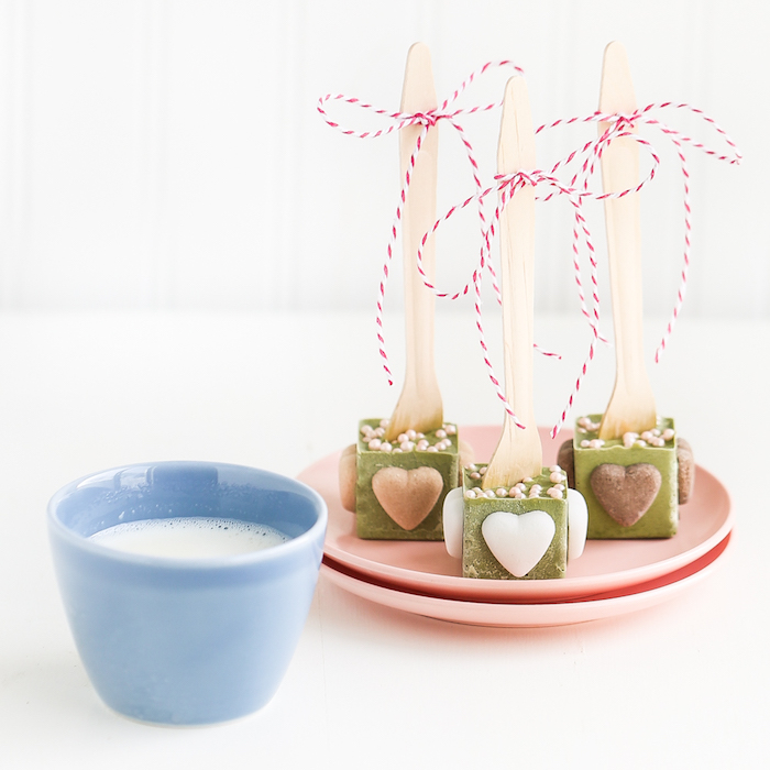 valentinstag geschenke selber machen zum zweck brauchen sie milch matcha puder kleine kekse in form von herz holzlöffel perlen