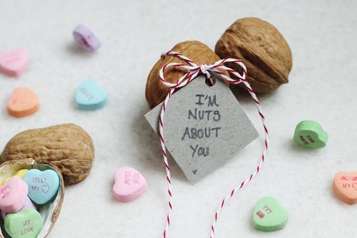 valentinstag geschenke selber machen kleine bonbons in walnussschalen verstecken kreativität alles mit band knüpfen und dekorieren