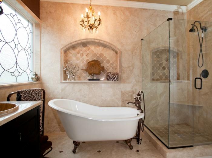 Fenster mit mattem Glas, Fenster mit Malerei, Wand mit Marmoroptik und einer dekorativen Nische mit schönen Dekoartikeln aus Holz und Metall, Vintage Badewanne mit Metallbeinen