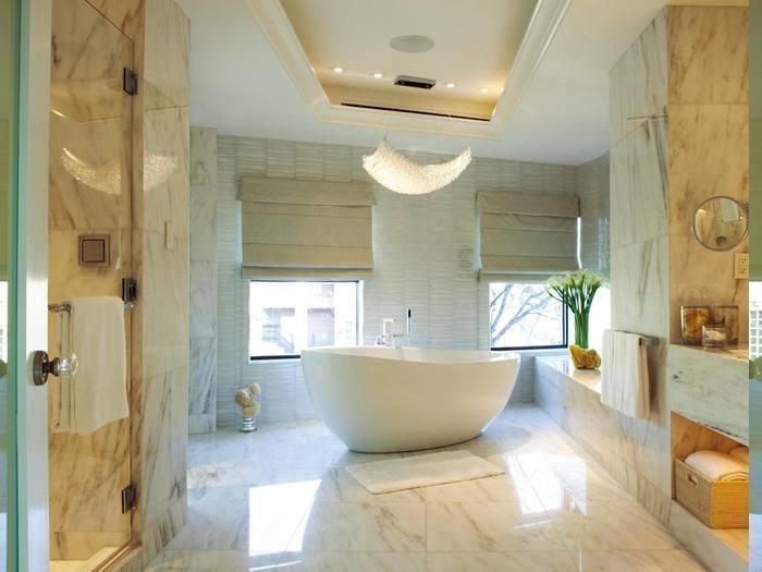 Kronleuchter mit Kristallen, gänzender Boden mit Marmorfliesen, eingebauter Badschrank, Decke mit LED-Beleuchtung, Baddeko aus Blumen