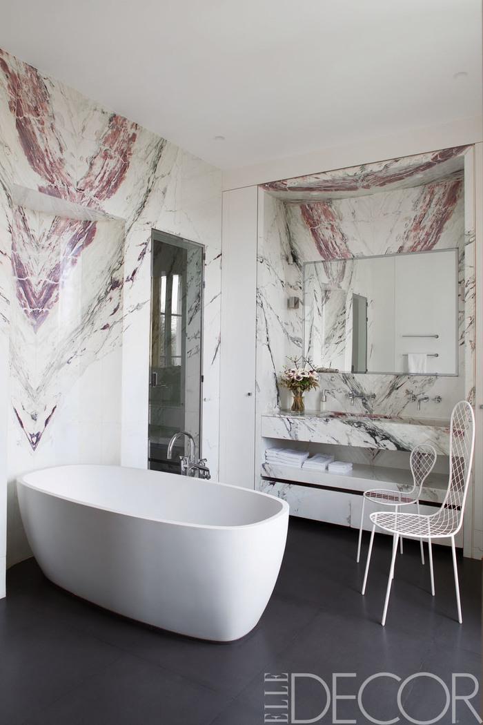 Wandsticker für nasse Räume, zwei weiße Metallstühle, Boden mit grauen Fliesen, Marmoroptik