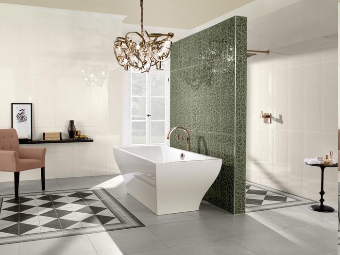 Designer Badezimmer in antikem Stil mit freistehender vieckeiger Badewanne getrennt vom Duschraum durch eine Trennwand, optische Raumtrennung mit Raumteiler, Badezimmer Einrichtung mit antikem Look