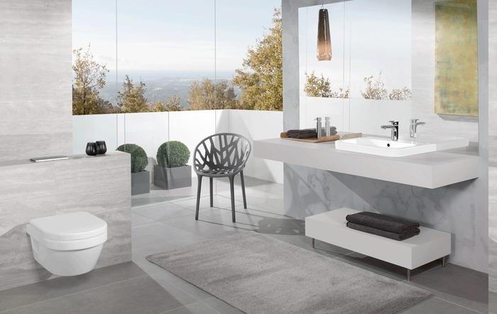 Bad mit Terrasse mit Stadtaussicht, großer Spiegel ohne Rahme über dem Waschbecken, niedriger weißer Tisch mit kurzen Beinen aus Metall
