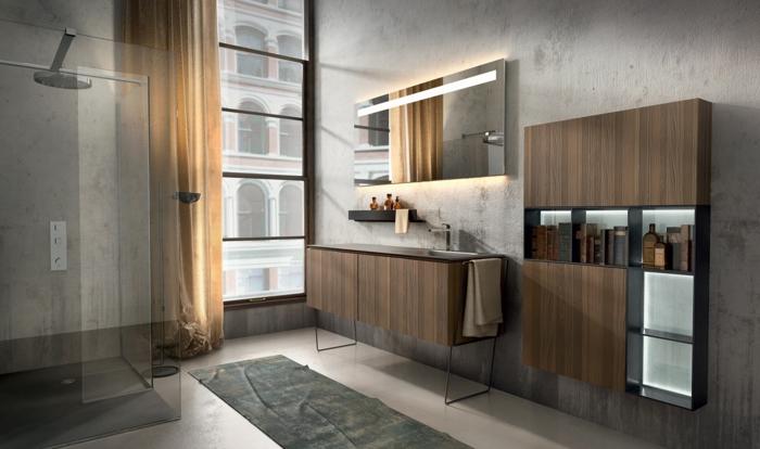 Duschkabine mit Regendusche, halbdurchsichtiger Vorhang in Beige, Aussicht zu Nachbarnhaus, Spiegel mit LED-Beleuchtung, Wandregal für Kosmetikzeug