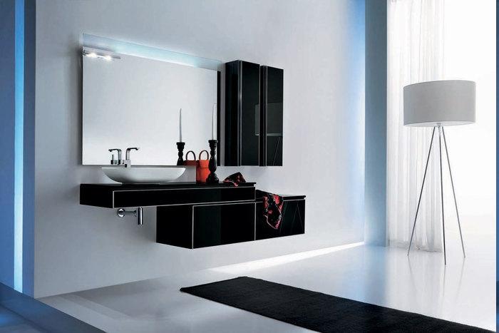 ultramodernes Baddesign - schwarzer Badschrank ohne Griffe, Designer-Stehlampe mit drei Metallbeinen und rundem Lampenschirm, Badezimmer schwarz-weiß gestalten