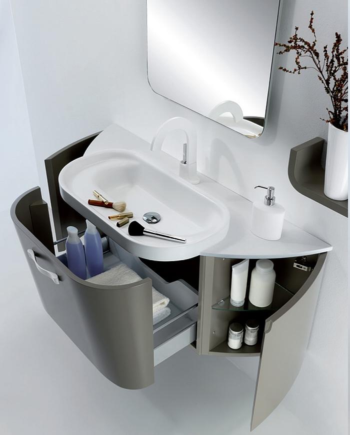 moderne Badeinrichtung mit purem Design - Waschbecken-Unterschrank mit großer Schublade mit Standardgriff, Rougepinsel in verschiedener Größe, viereckiges Spiegel mit ovalen Kanten