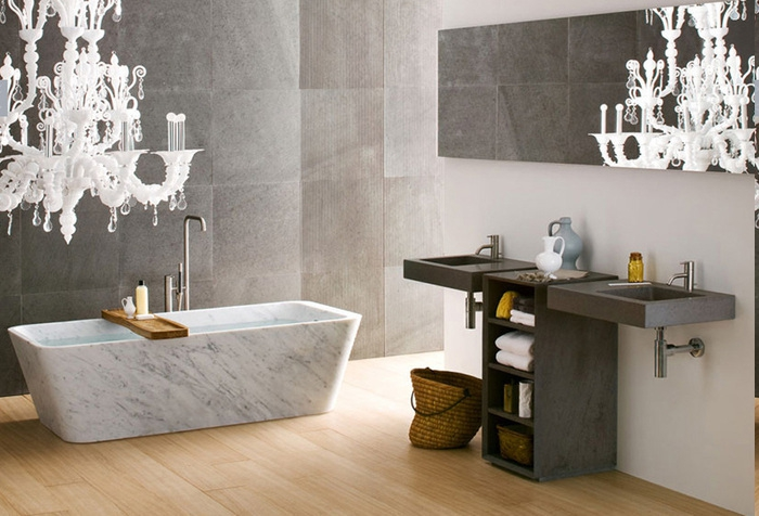 Marmorwanne mit Holzbrett für das Badzeug, weißer Kronleuchter mit antiken Optik, Flechtkorb für schmutzige Wäsche