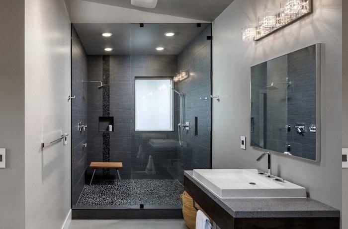 Duschkabine mit Wandnische und Holzhocker, Duschkabine mit Fenster, Wandlampe mit Glasschirm, Wäschekorb mit Deckel