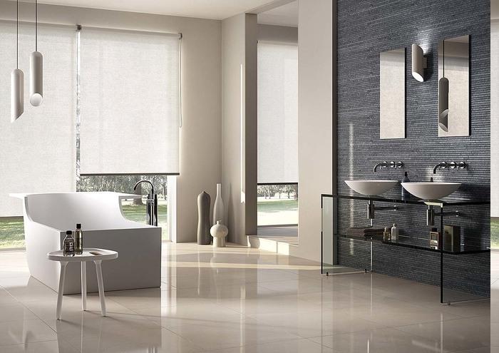 Fenster bis zum Boden mit weißen Rollos, Designer-Wanne mit untypischem Design, Waschtisch aus Glas mit Regal, Deko mit Keramikvasen