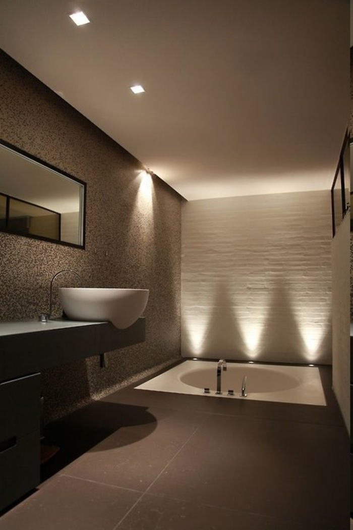 Badezimmer braun gestalten, Einbauwanne mit runder Form, rundes Keramikbecken, Lichtdeko aus LED-Dioden