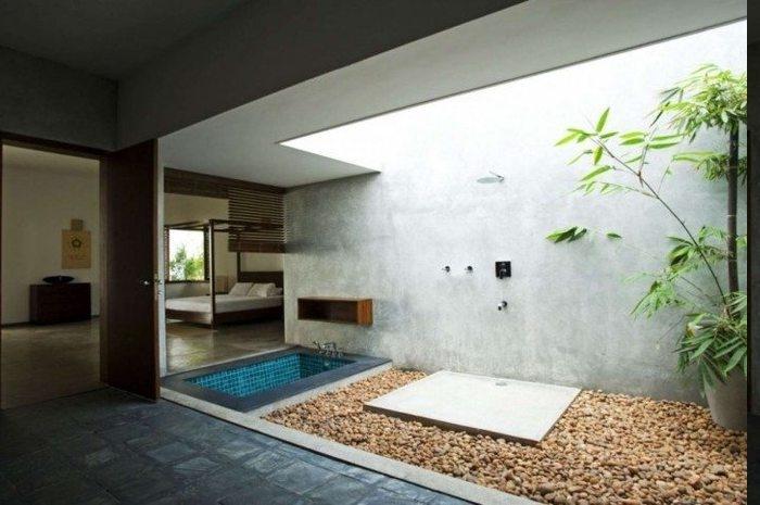 Badezimmer offen zu den restlichen Räumen, inneren Gartenbereich mit Steinen dekorieren, EInbauwanne im Bad, Glasdecke für mehr Licht vom Außen