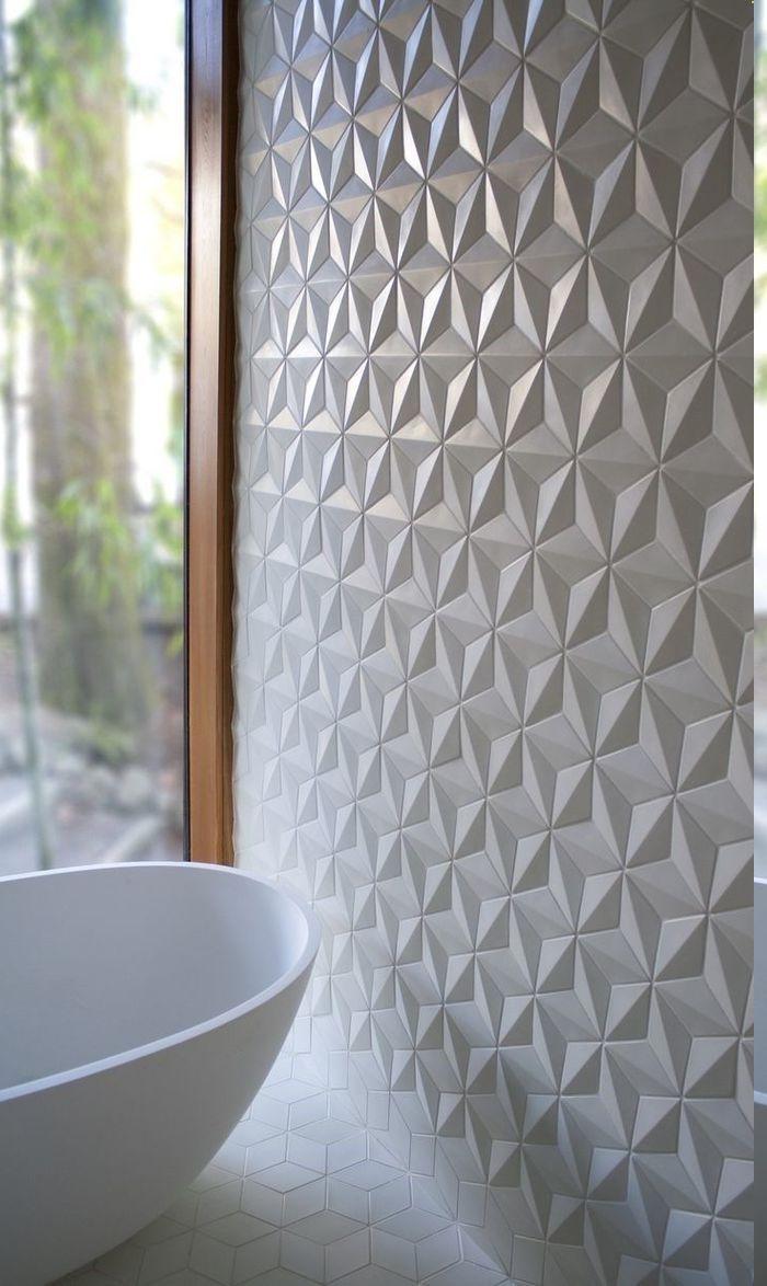 elegante Wandverkleidung aus Plastikpaneelen, Wand mit weißen Paneelen aus Plastik verkleiden, Aussicht zum Außenbereich, Wandfliesen mit 3-D-Effekt