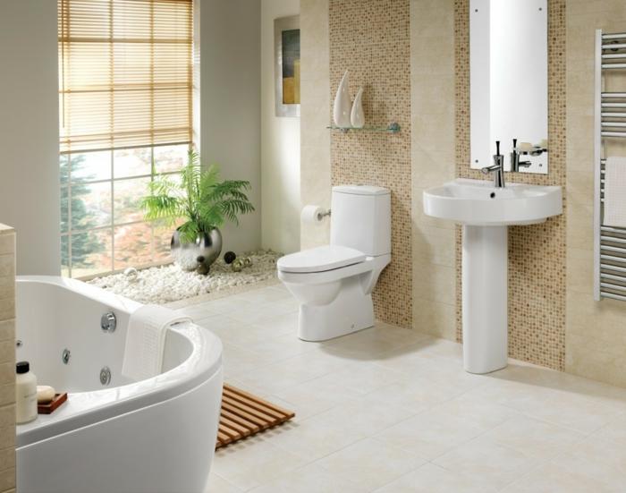 Whirlpool Badewanne in der lincken Ecke, kleines Fenster mit Rollos, Zen-Bereich mit einer grünen Pflanze und weißen Steinen, Glasregal über der Toilette, Tuschaufwärme für Wand