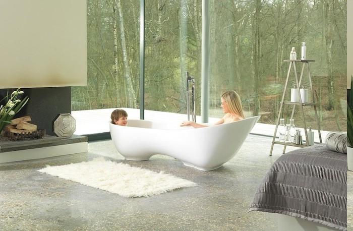 Badewanne für Zwei, Mutter zusammen mit ihrem Sohn, weiße Fußmate für Badewanne, Bad mit offenem Kamin, Bad mit Glaswand