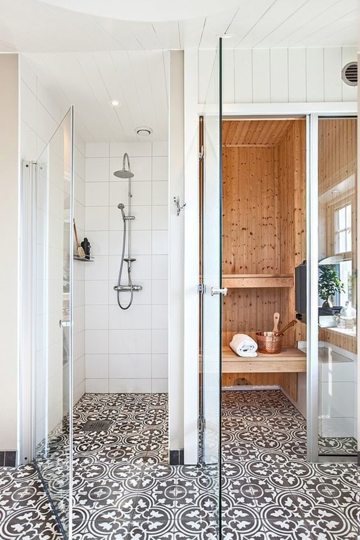 kleines Bad mit ornamentalem Boden, Duschkabine mit Regendusche, Sauna-Kabine mit Fenster, Decke mit Holzverkleidung