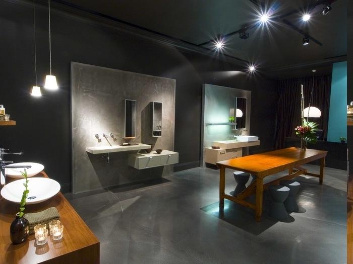 Duschraum mit schwarzen Wänden, Tisch aus massivem Holz mit Lacküberzug, drei blaue Barstuhle, Decke schwarz streichen