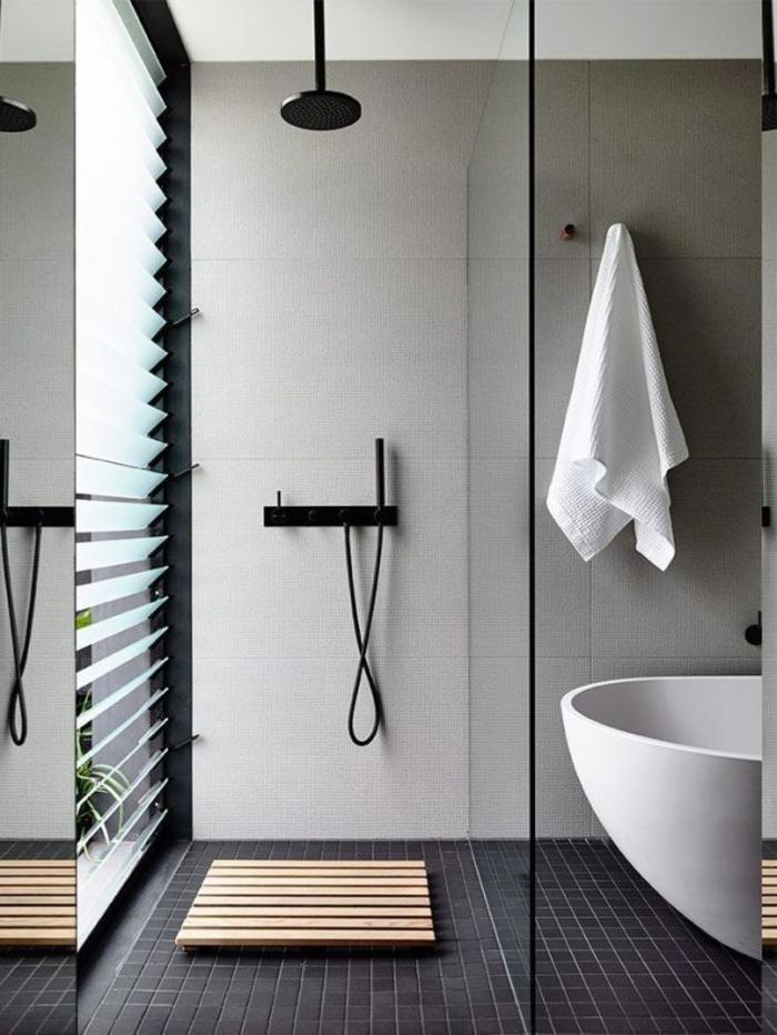 kleines Bad einrichten - Regendusche mit Deckemontage, getrennt von der Wanne durch eine Glas-Trennwand, Fenster mit Jalousien
