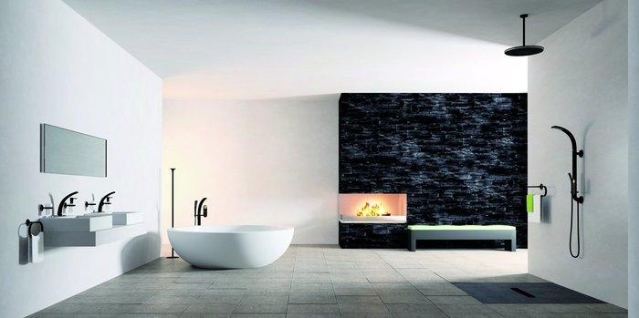 Badezimmer mit offenem Kamin, Wand mit schwarzen Paneelen, Regendusche montiert an der Decke, natürliches Licht kommt vom Fenster